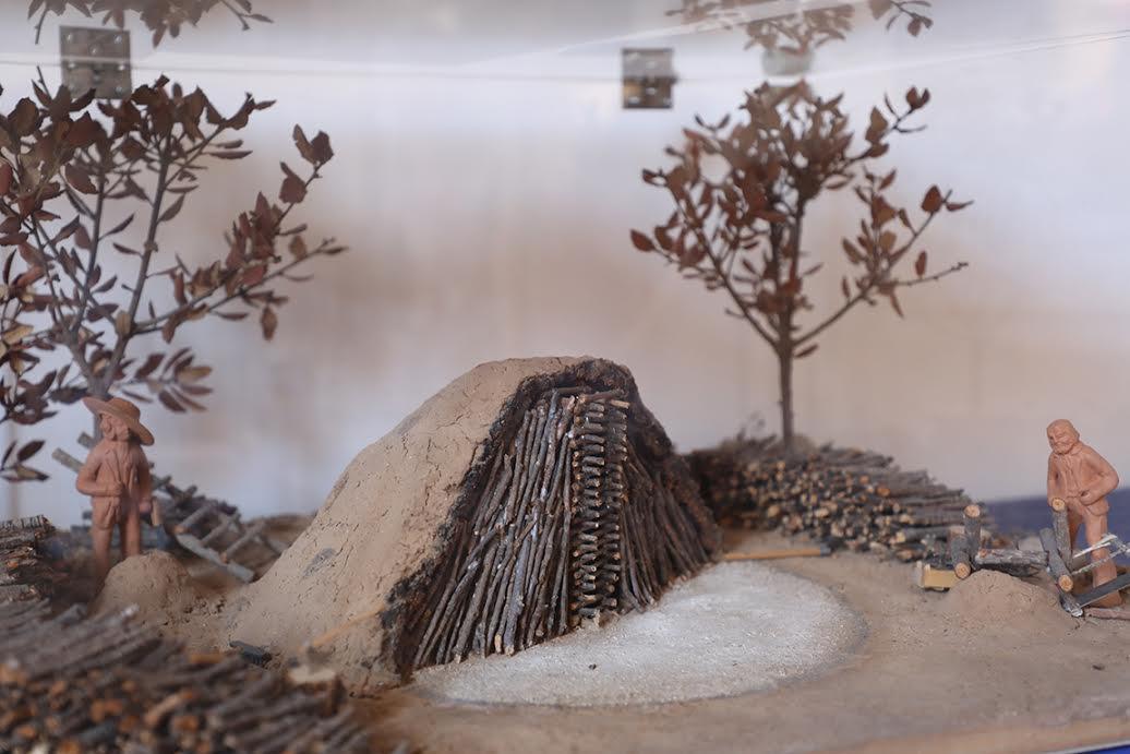 Une maquette de charbonnière prêtée par le Musée des arts et traditions populaires de Draguignan.