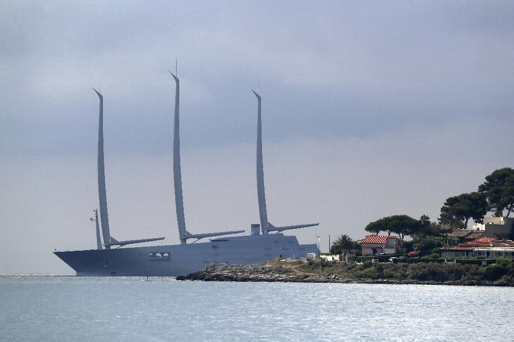 """Le Sailing yacht A, dit le """"White Pearl"""" (la perle blanche), plus grand voilier privé du monde, propriété du milliardaire russe Andrei Melnichenko, près d'Antibes le 3 juillet 2020"""