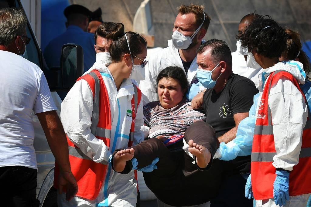 Des migrants arrivent au port de Lampedusa, le 29 juillet 2020 après avoir été secourus par des gardes-côtes italiens en Méditerranée