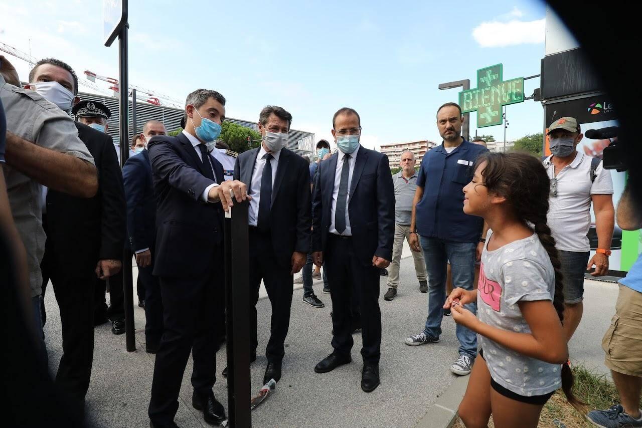 Le ministre à la rencontre des habitants, boulevard Paul-Montel, en présence des CRS arrivés en renfort la veille.