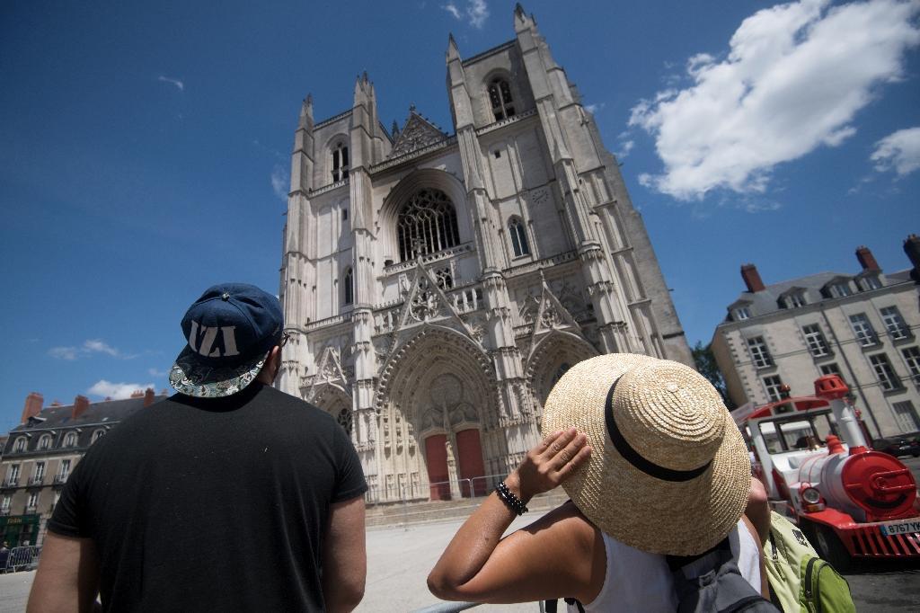 Des passantes contemplent la cathédrale Saint-Pierre-et-Saint-Paul à Nantes, le 20 juillet 2020
