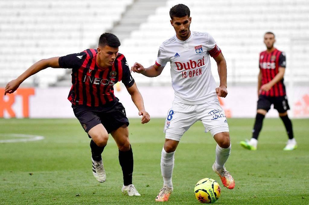 Le milieu de terrain de Lyon Houssem Aouar balle au pied contre Nice en match amical le 4 juillet 2020 au Groupama stadium de Decines-Charpieu dans l'agglomération lyonnaise