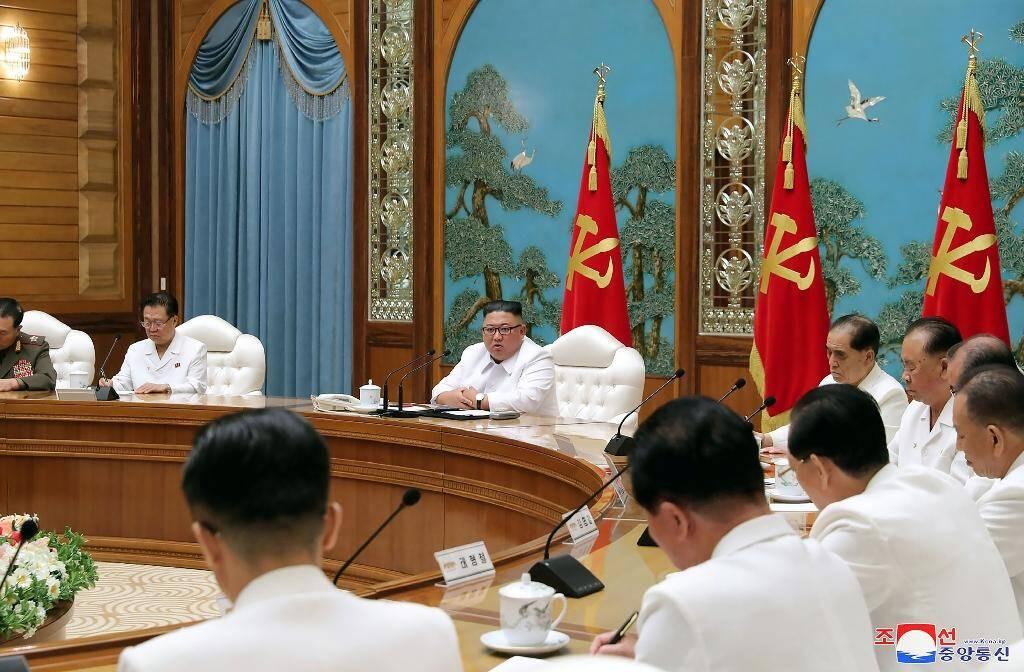 Une photo prise le 25 juillet 2020 et publiée par l'agence officielle sud-coréenne KCNA le 26 juillet montre le leader nord-coréen Kim Jong Un (au centre) participant à une réunion d'urgence du bureau politique dans un lieu non précisé.
