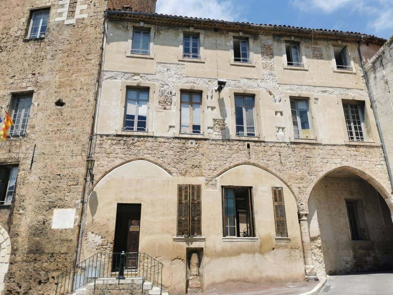 La façade sud de la mairie grassoise a subi une opération d'écroûtage partiel dans le cadre d'investigations archéologiques, qui révèle une deuxième galerie couverte au-dessus de la première en rez-de-chaussée. Elle reliait également le palais épiscopal et la tour de l'évêque.