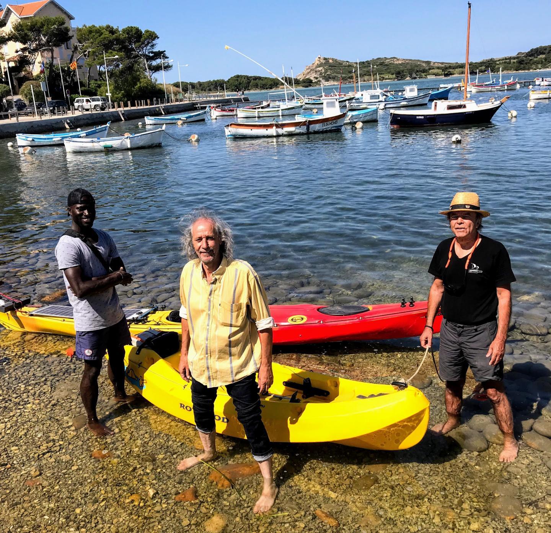 De d. à g. : Claude Escarguel, fondateur de l'association ABC, dont les bénéficiaires du restaurant solidaire qui fonctionne l'hiver, Djamel D. et Mohamed Camara, sont aussi des bénévoles qui encadrent l'activité de location de kayaks en été, sur le parking de la base nautique du Brusc.