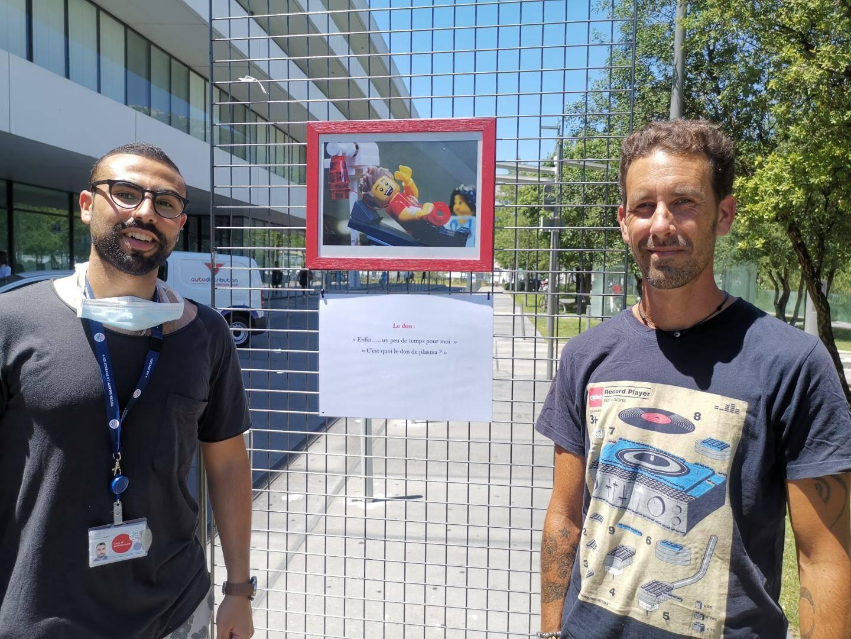 Christophe Sanchez (à droite) auteur de l'exposition sur le parcours du donneur du sang avec Ismail Assab, chargé de promotion.