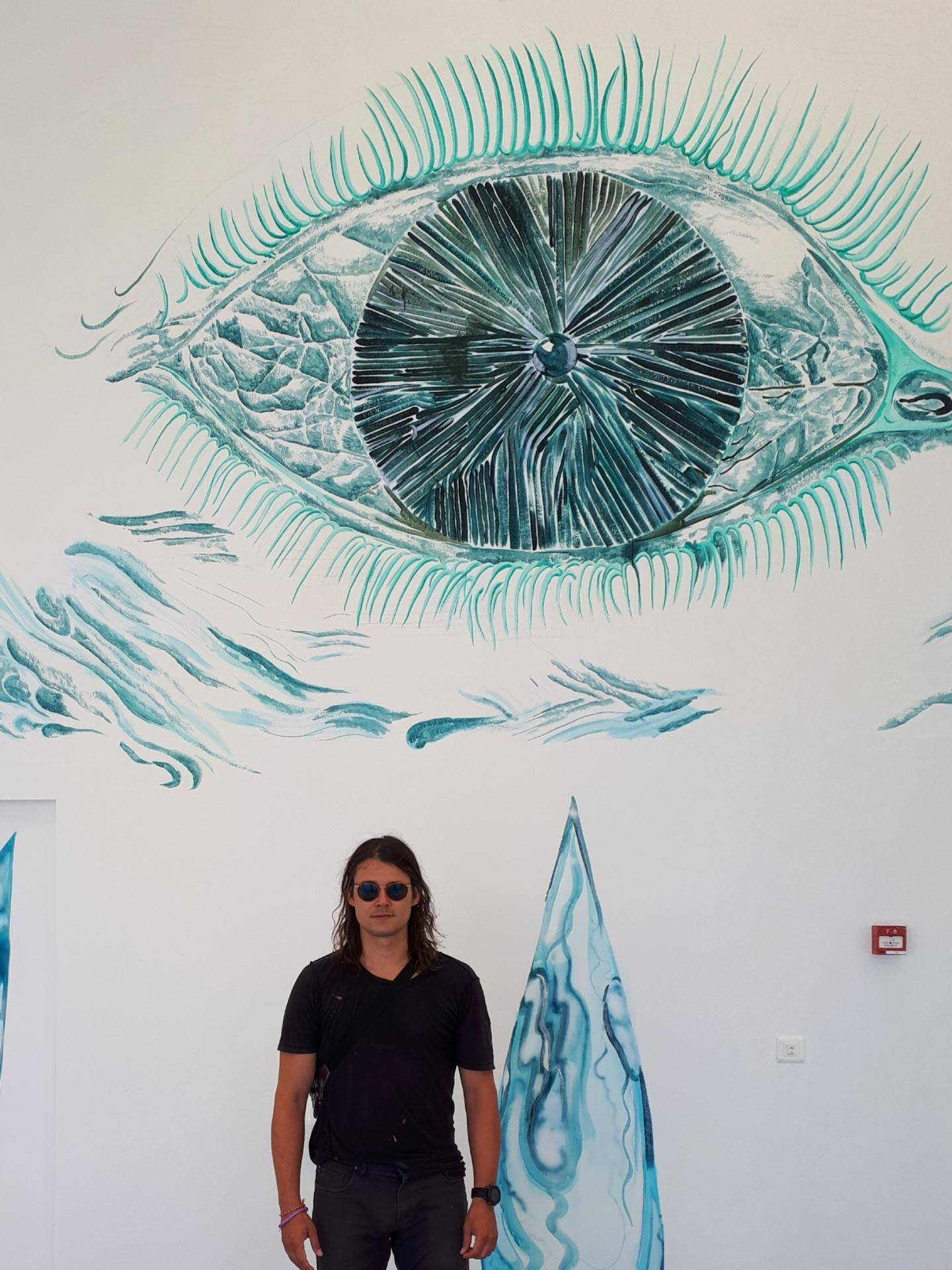 Antoine Carbonne devant la fresque qu'il a réalisé dans la piscine de la Villa Noailles.
