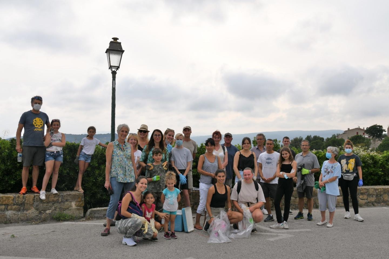 Lisa et Stéphanie, accompagnées par trois élus municipaux, et de nombreux villageois, se sont regroupés vendredi dernier pour nettoyer ensemble les chemins du Castellet Village.