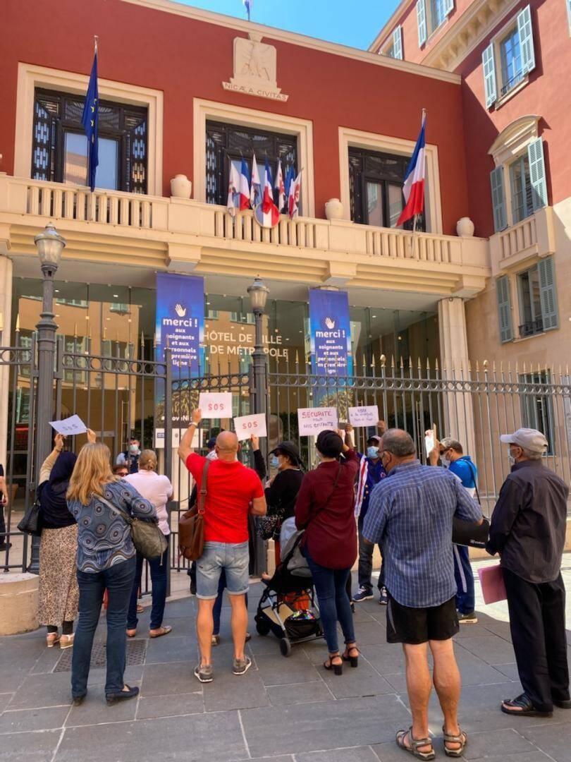 """Fin juin, des habitants du Rouret, à Nice-Nord, sont venus """"tirer la sonnette d'alarme"""" devant la mairie."""