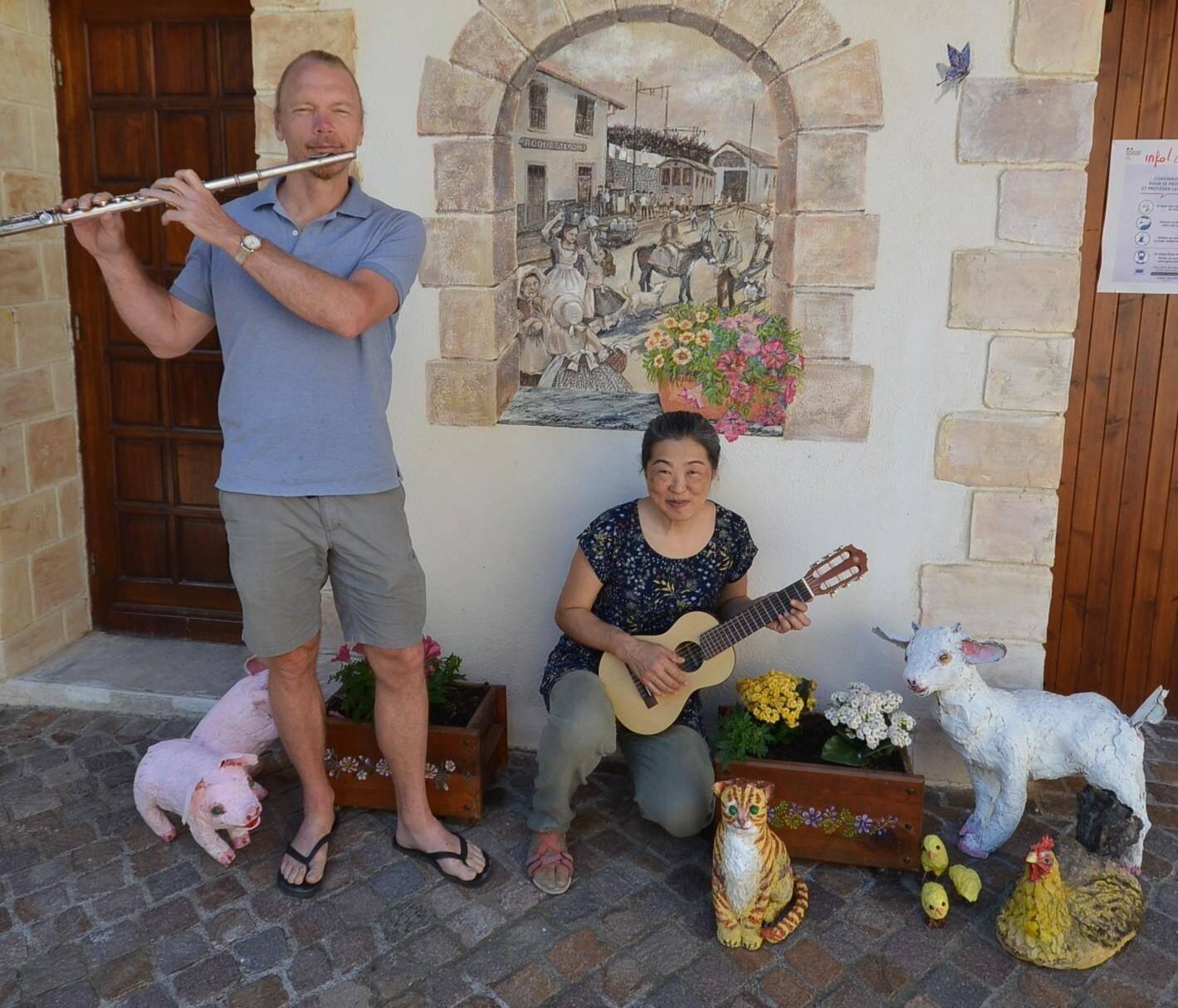 C'est devant une fresque de Yuki et entourés de quelques-uns des animaux qu'elle a créés pour le futur « Musée étable » du village que les deux artistes présentent deux de leurs instruments de prédilection.