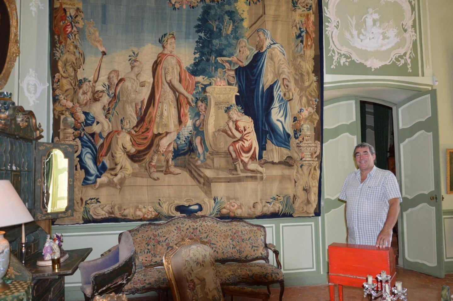 Frédéric Champavere présente une des tapisseries de la Manufacture royale de Beauvais rachetée à une petite-nièce du Marquis de Forbin La Barben.