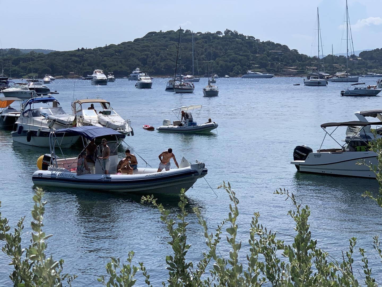 Devant la Madrague, les embarcations affluent en journée. La nuit, au mouillage, les yachts déversent leur musique exubérante sur le rivage...