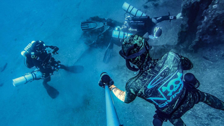 Hier matin, les plongeurs au cours de l'opération d'enlèvement du filet de pêche par 50 m de fond.