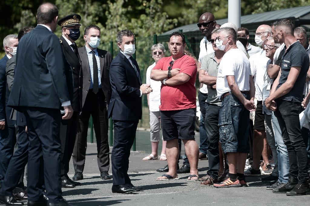 Le ministre de l'Intérieur Gérald Darmanin (C) rencontre des chauffeurs de bus lors d'un déplacement à Bayonne, le 11 juillet 2020