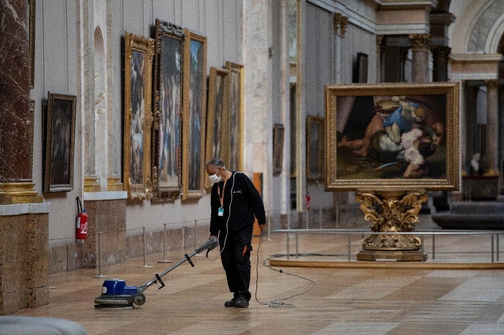 Préparation le 23 juin 2020 dans les galeries du musée du Louvre à sa prochaine réouverture