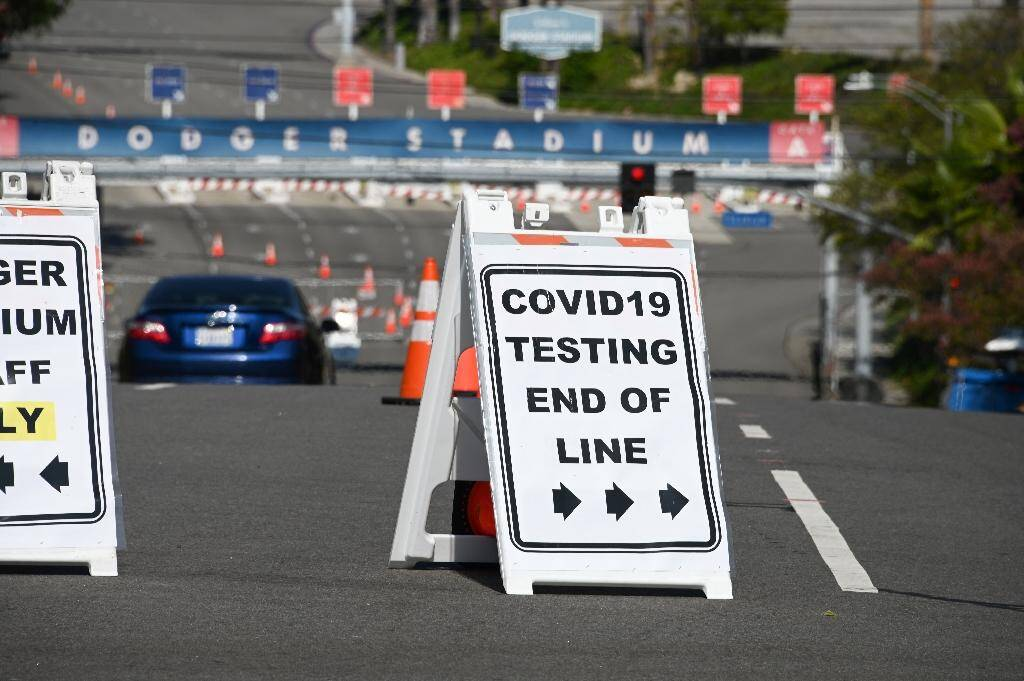 """Un panneau indique """"Test pour le Covid-19. Fin de la queue"""", à l'abord d'un site de test sur le parking du Dodgers Stadium à Los Angeles le 23 juillet 2020"""
