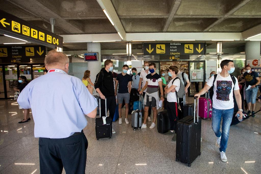 Touristes à l'aéroport de Palma de Mallorque le 27 juillet 2020