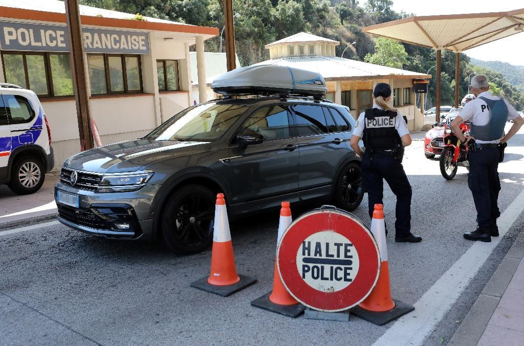 Des policiers contrôlent des véhicules à la frontière franco-espagnole au Perthus (Pyrénées-Orientales), le 24 juillet 2020