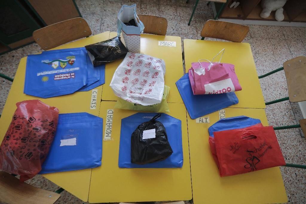 Les affaires laissés par les élèves avant la fermeture de Notre-Dame-de-Lourdes pour cause de confinement, à Zahle, le 30 juin 2020