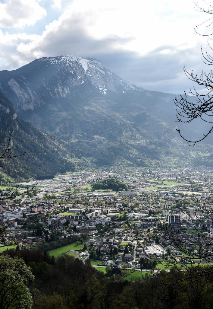La Vallée de l'Arve, vue depuis Thyez en Haute-Savoie, traversée par l'autoroute blanche et menant au tunnel du Mont-Blanc, le 17 avril 2017