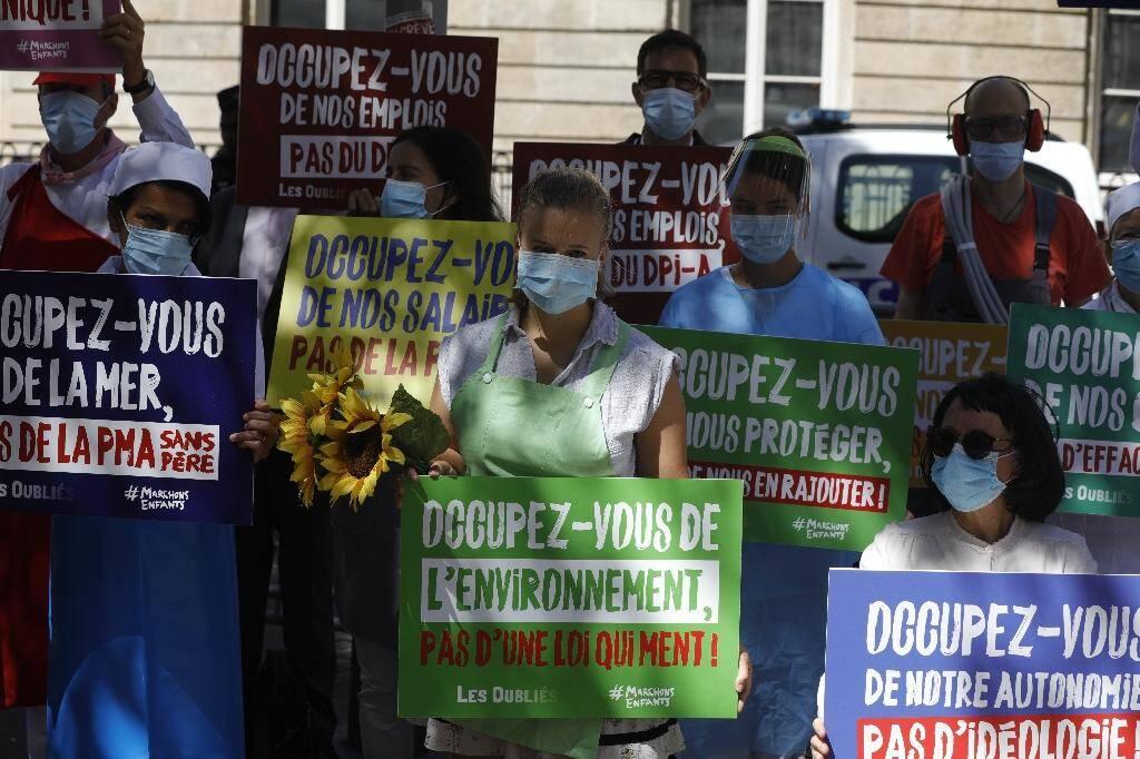 Des militants et militantes de la Manif pour Tous protestent contre la PMA pour toutes les femmes, le 27 juillet 2020 devant l'Assemblée nationale à Paris