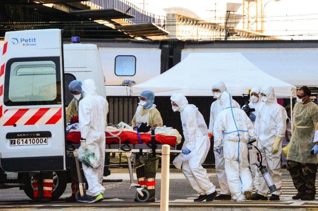 Un malade du Covid-19 est embarqué dans une ambulance en gare de Bordeaux, après son transfert par TGV sanitaire depuis la région parisienne, le 10 avril 2020
