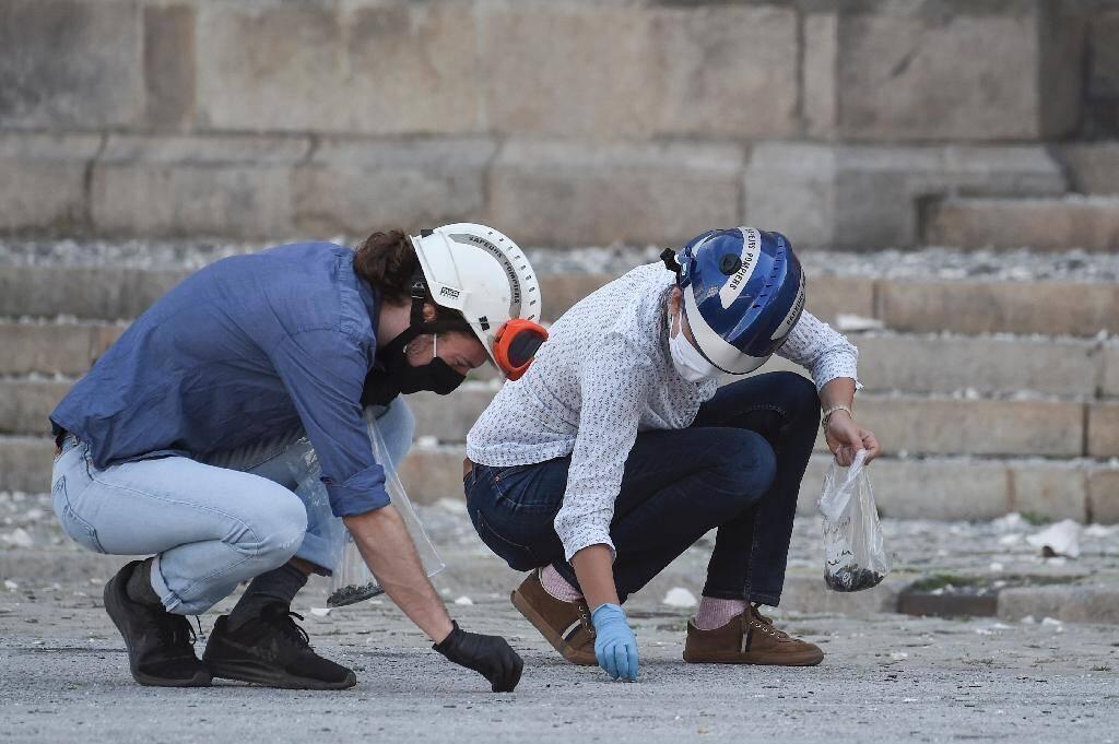 Des experts font des prélèvements devant la cathédrale Saint-Pierre-et-Saint-Paul de Nantes touchée par un incendie, le 19 juillet 2020