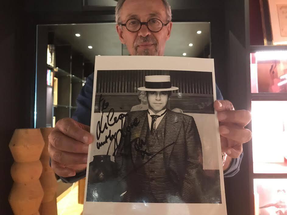 Didier Calvo avec sa photo dédicacée d'Elton John