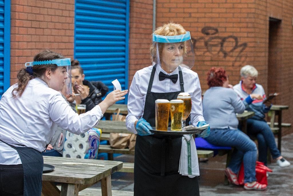 Un pub rouvre à Belfast, en Irlande du Nord, le 3 juillet 2020