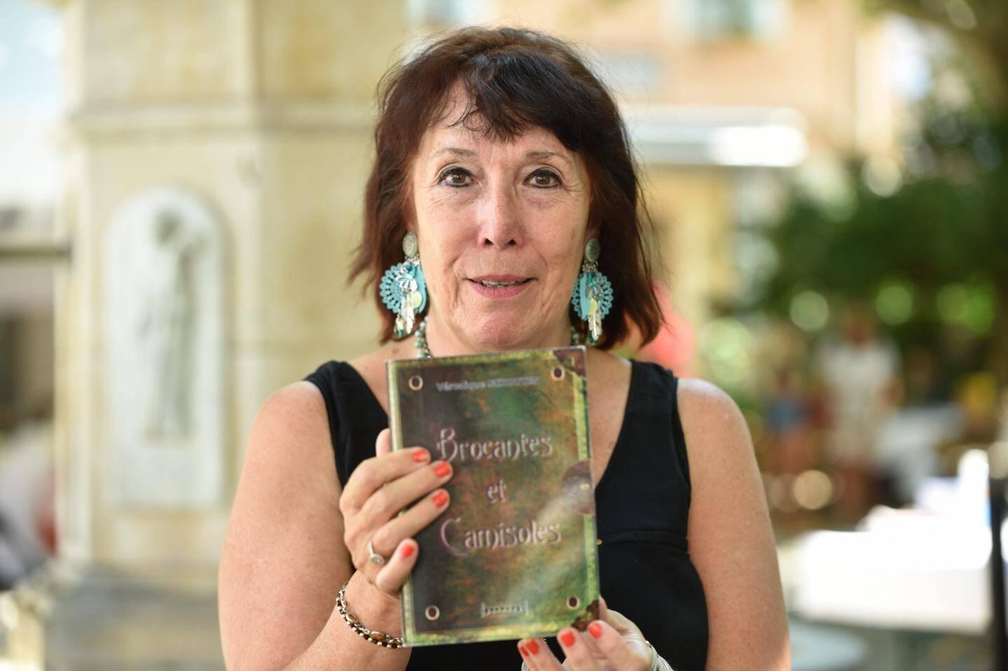 Brocantes et camisoles, éditions Sudarènes, Véronique Schouten, 18 euros.
