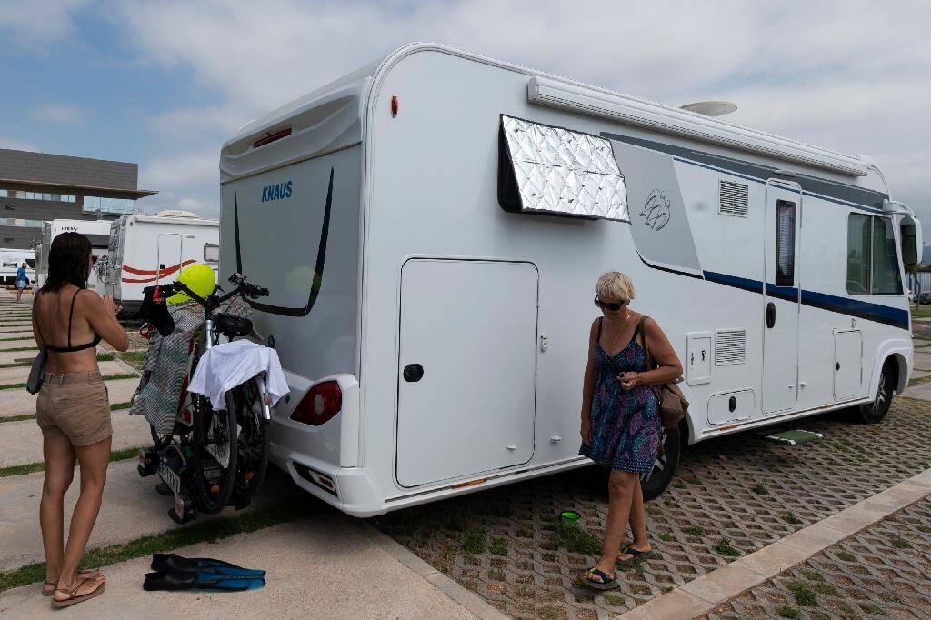 Un camping-car et ses occupants sur un parking à Castellon de la Plana, sur la côte est de l'Espagne, le 4 juillet 2020