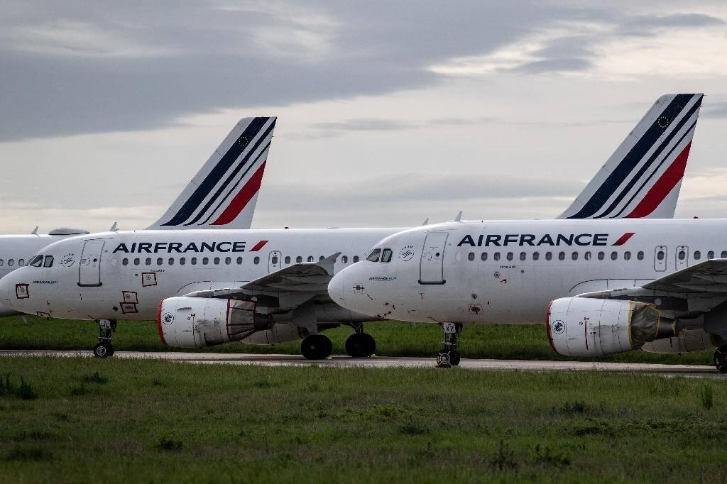Des avions d'Air France stationnés à l'aéroport parisien de Roissy Charles-de-Gaulle pendant la crise du coronavirus, le 30 avril 2020