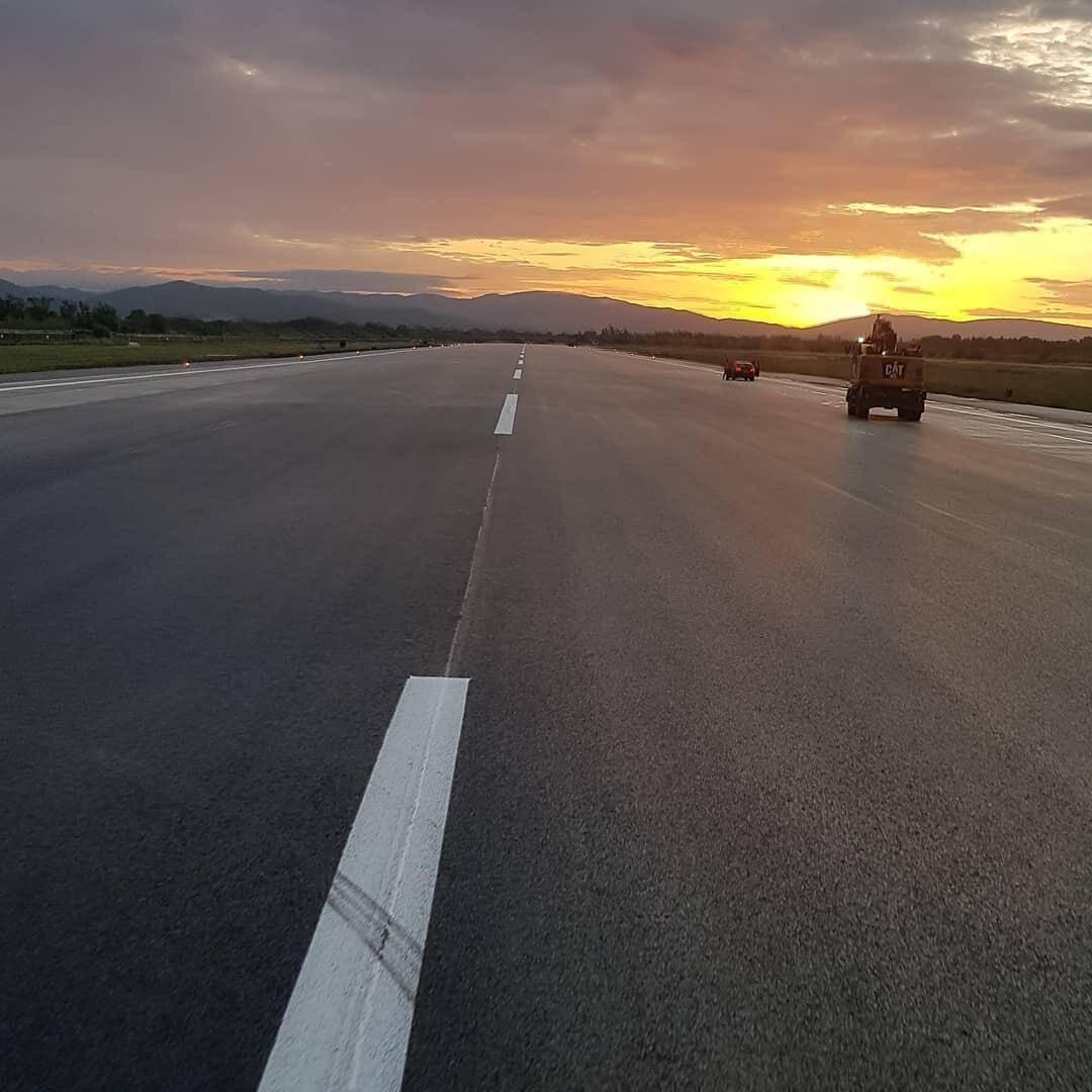 Dix-huit mois de travaux étaient prévus à l'origine pour refaire totalement les deux pistes de l'aéroport de Hyères.