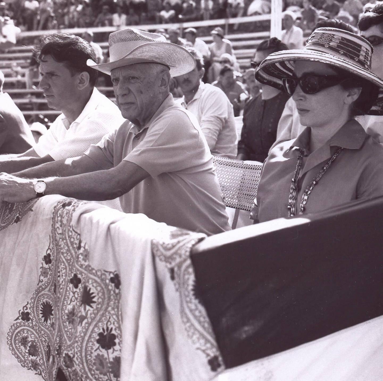 Pablo Picasso et son épouse Jacqueline dans les tribunes des arènes.