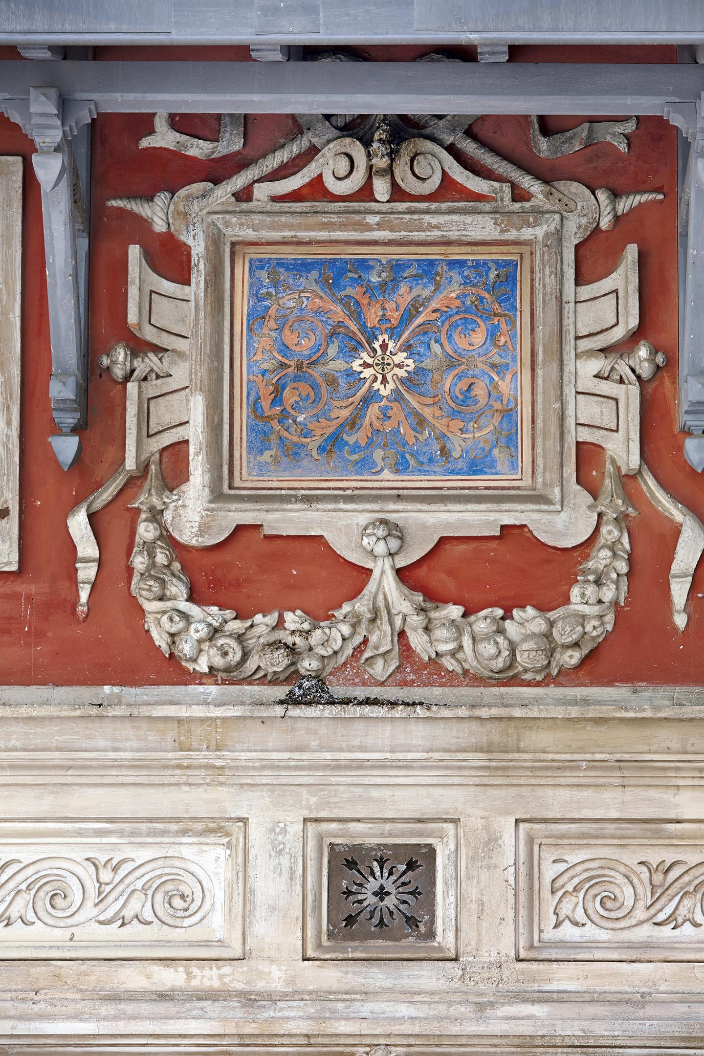 Sur les façades de la villa La Favorite se mêlent sculptures en stuc et peintures.