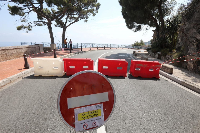La circulation restreinte pour les automobilistes et piétons.