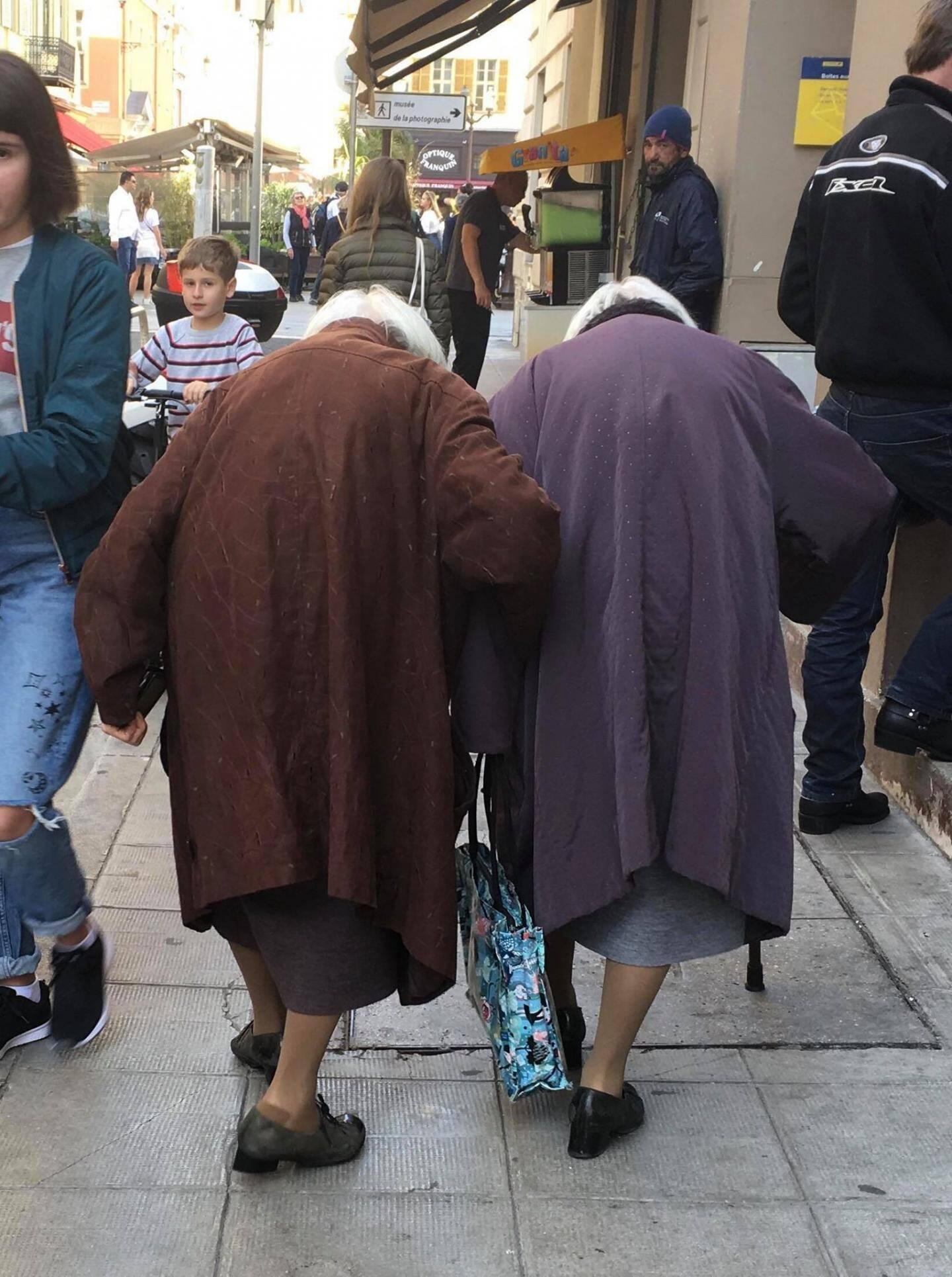 Les jumelles souvent aperçues près de la Poste du Vieux-Nice (2018).