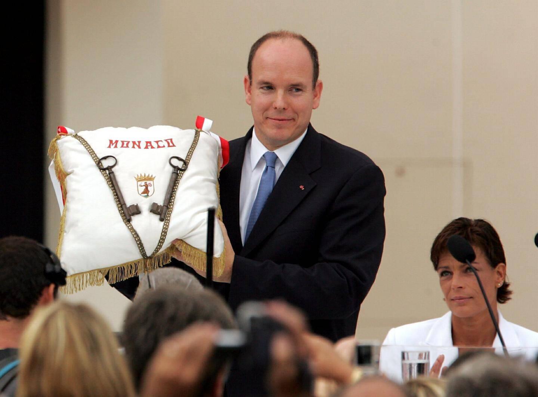 12 juillet 2005: le prince reçoit les clés de la ville des mains du maire.