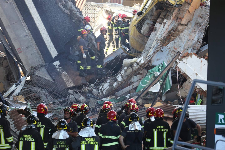 Une portion du viaduc tombe à Gênes, emportant 16 véhicules et faisant 43 morts.
