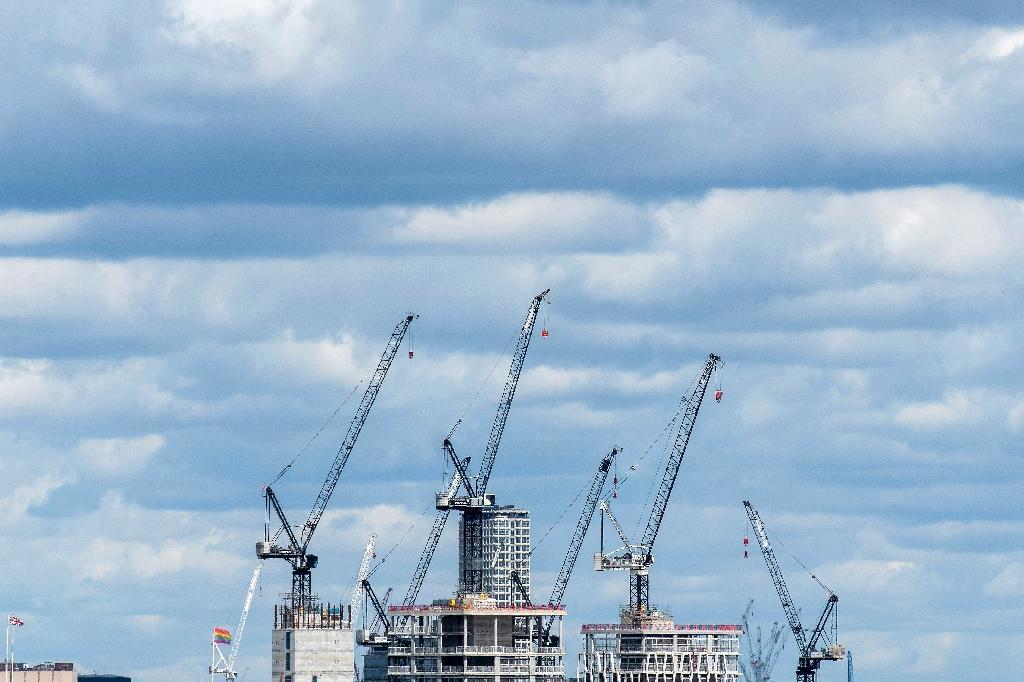 Des grues à Londres le 2 août 2020