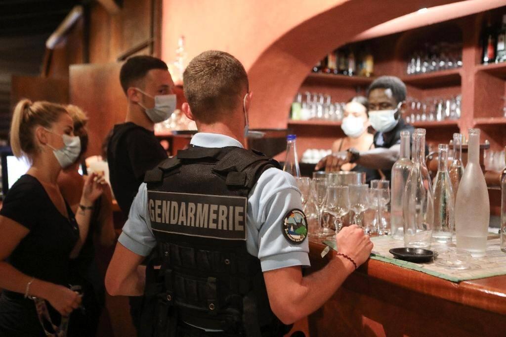 Un gendarme contrôle le port obligatoire du masque dans un bar d'Argelès-sur-Mer, le 13 août 2020