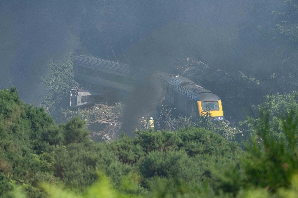 Des services de secours sont sur les lieux du déraillement du train le 12 août 2020, à Stonehaven (nord-est de l'Ecosse)