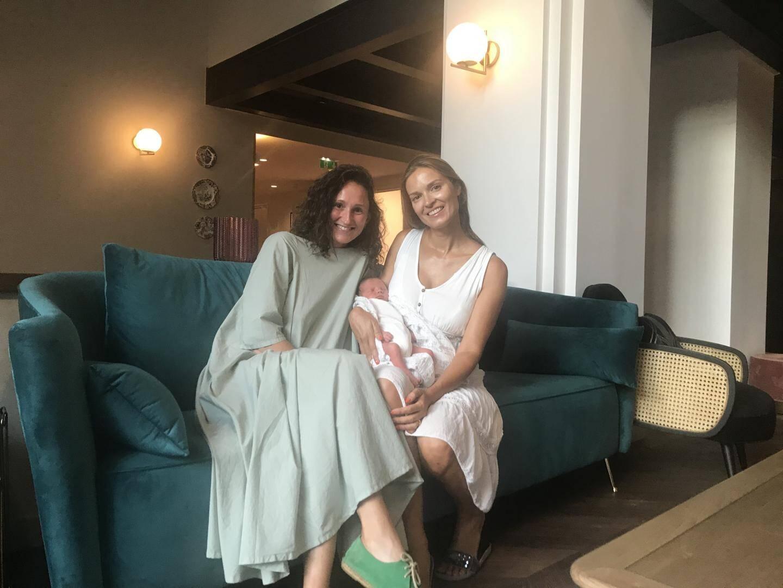 Natalia et son amie Nelly avec Maxim, le bébé qui voulait arriver avant tout le monde en vacances !