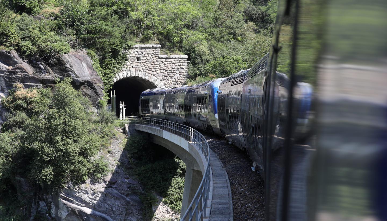 Le train traverse l'un des plus beaux paysages ferroviaires d'Europe. Pour les habitants du littoral et des vallées, il contribue à désenclaver les villages.