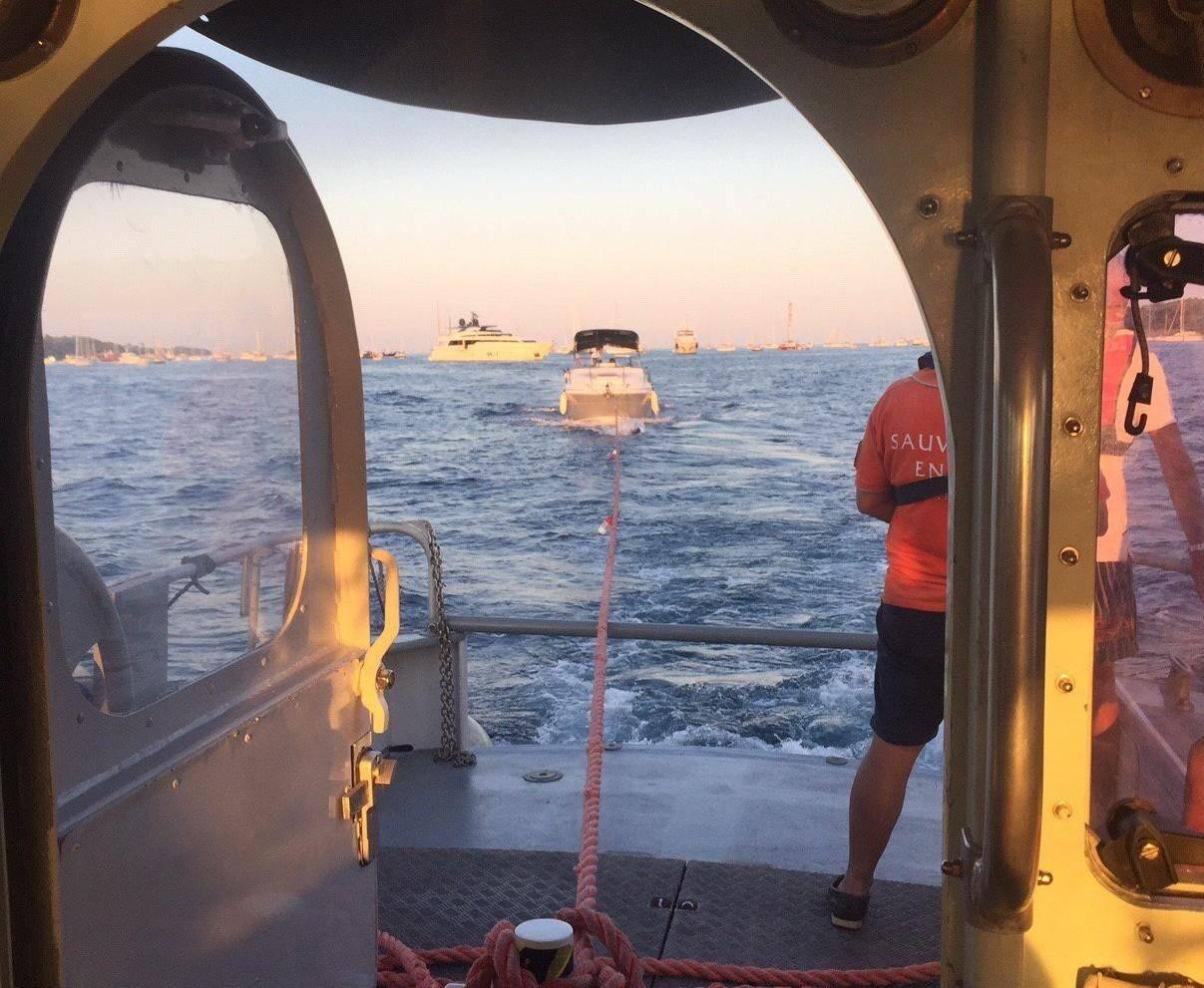 Le 15 août, le Cross Med engage la station de Cannes - Golfe-Juan et sa vedette pour un bateau de 8 m en avarie moteur avec quatre personnes à bord. Ils seront remorqués jusqu'au vieux port de Cannes.