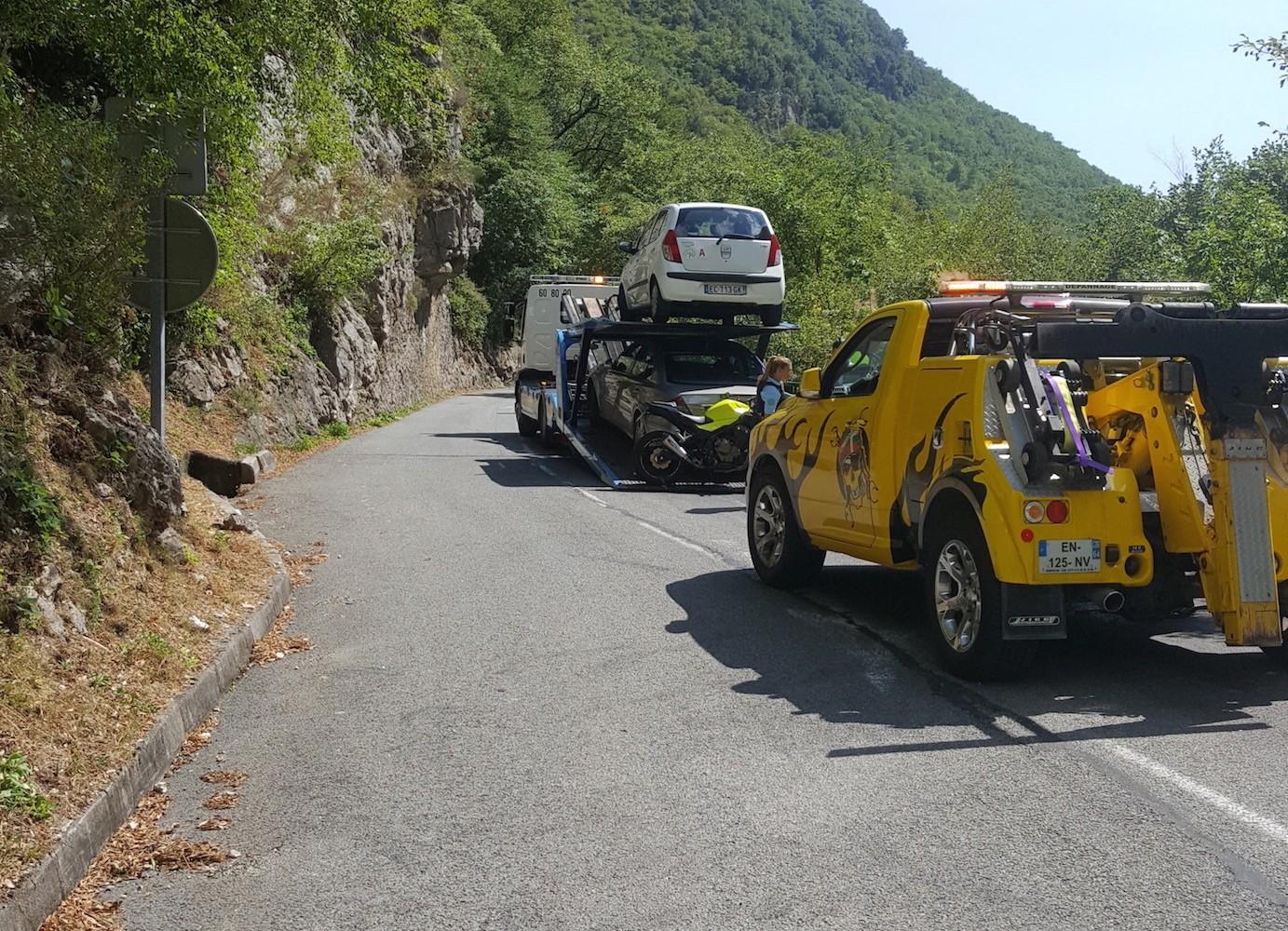 La dépanneuse est venue en soutien de l'opération de contrôle organisée par les gendarmes de la compagnie de Grasse. Résultat : quatre mises en fourrière de véhicules gênants.