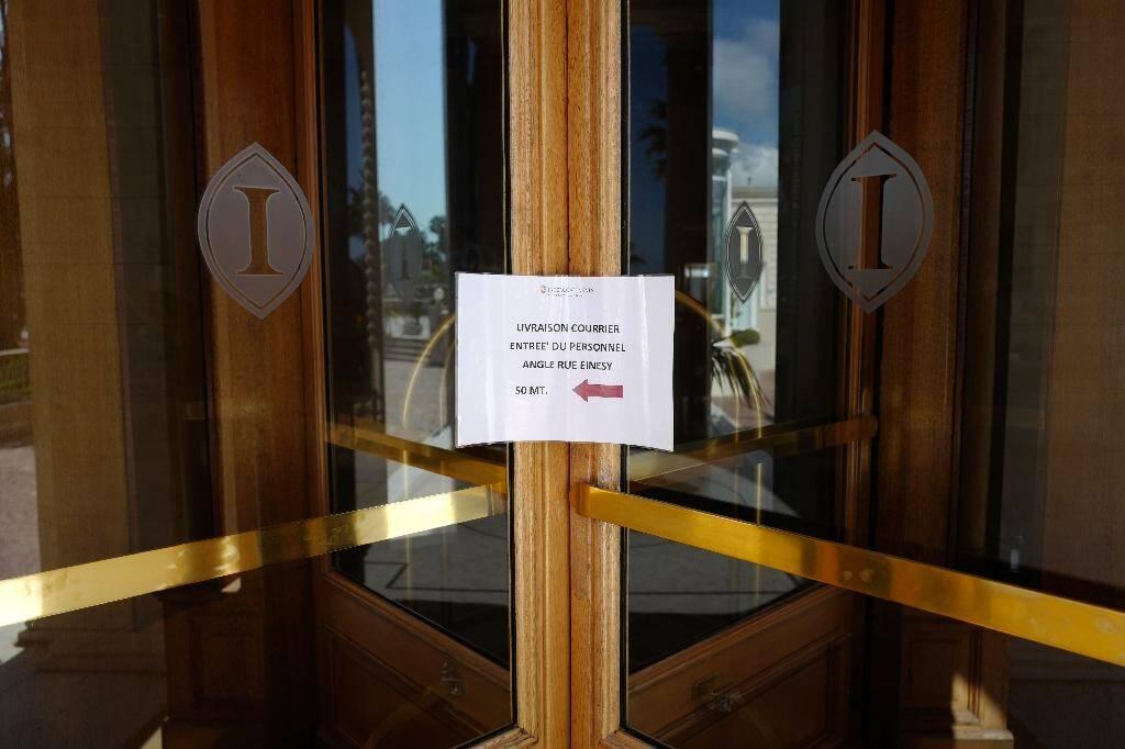 L'entrée de l'hôtel Carlton à Cannes le 27 avril 2020