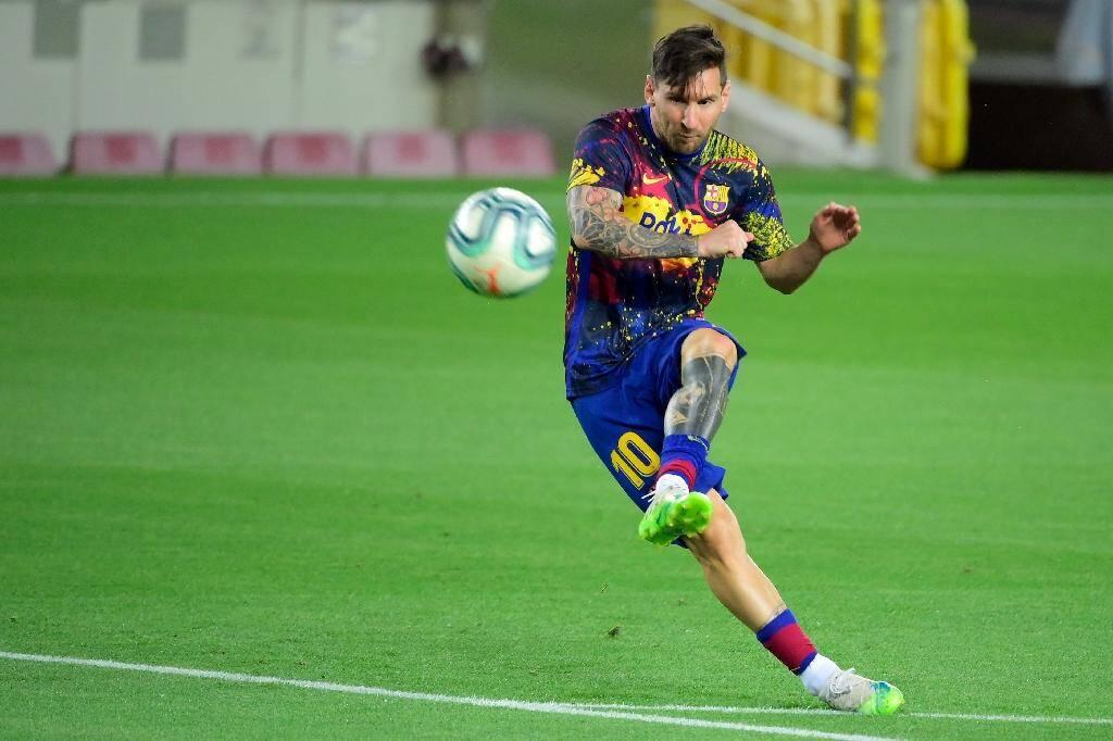L'attaquant argentin de Barcelone, Lionel Messi, à l'échauffement avant un match de Liga contre l'Espanyol, au Camp Nou, le 8 juillet 2020