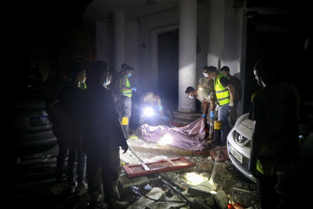 Des secouristes libanais couvrent le corps d'un homme tué par l'explosion du port de Beyrouth le 4 août 2020