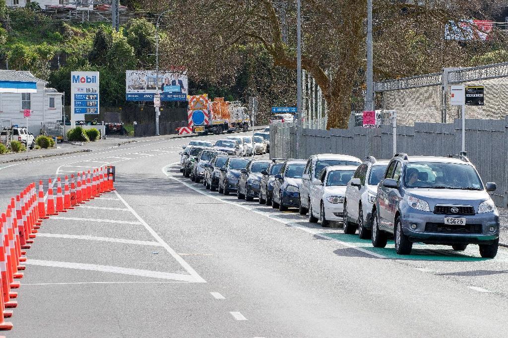 Des personnes font la queue en voiture pour se faire tester dans un stade d'Auckland (Nouvelle-Zélande) le 14 août 2020